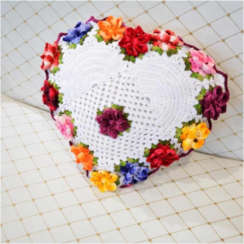 almofada de coração branca com flores coloridas