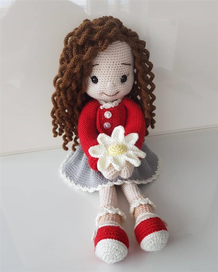 boneca de cabelos cacheados