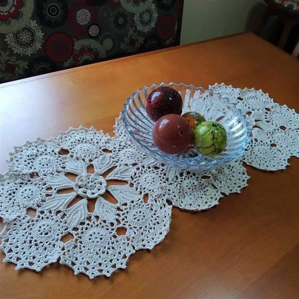 caminho de mesa com tolhas de croche