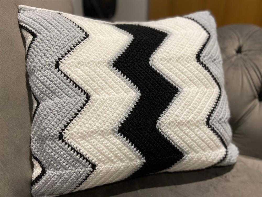 almofada chevron com preto e branco