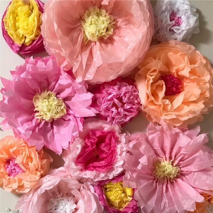 enfeite com flores gigantes