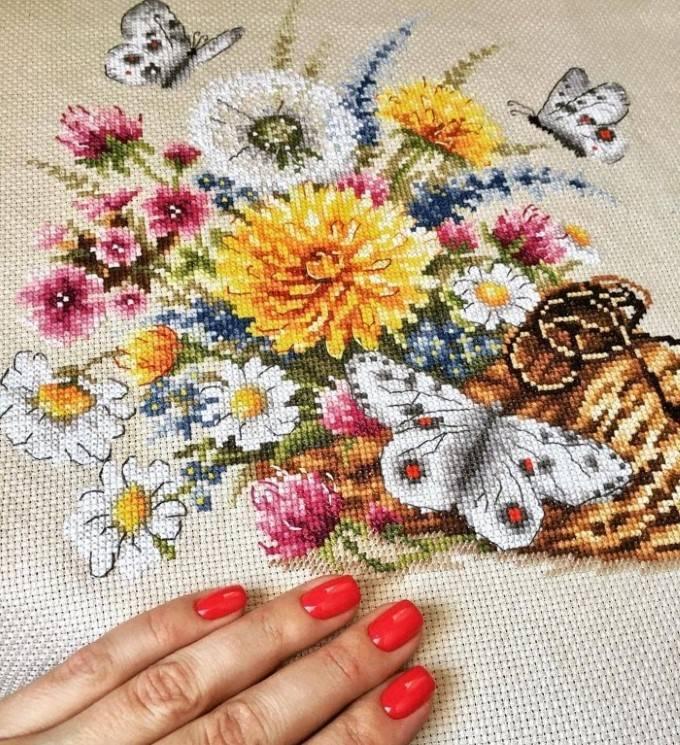 cesta com borboletas e flores bordadas