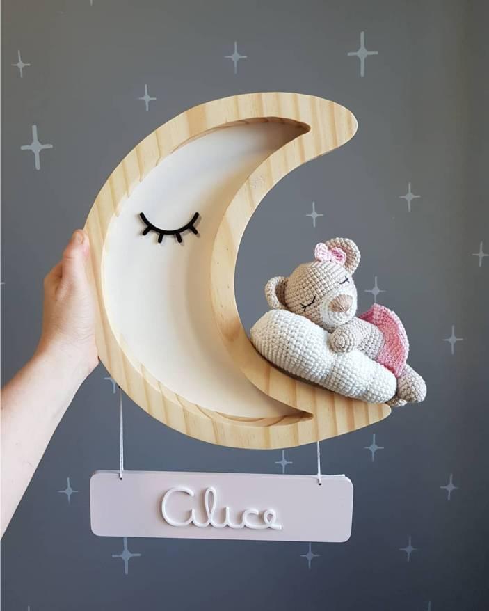 porta maternidade em formato de lua com bichinho de pelucia