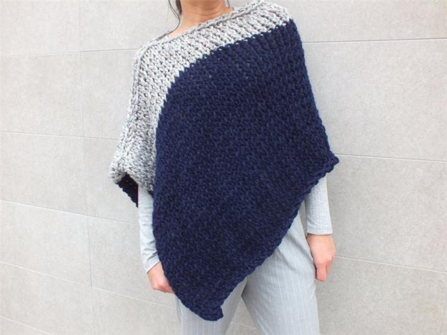 poncho de lã azul e cinza