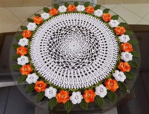 toalha com flores feitas de crochê