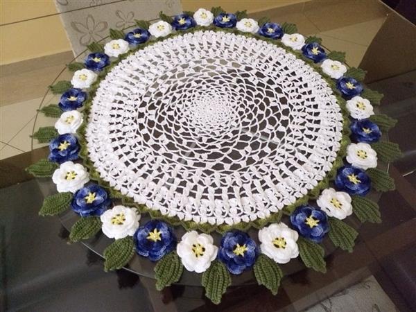 toalha de croche com flores e folhas