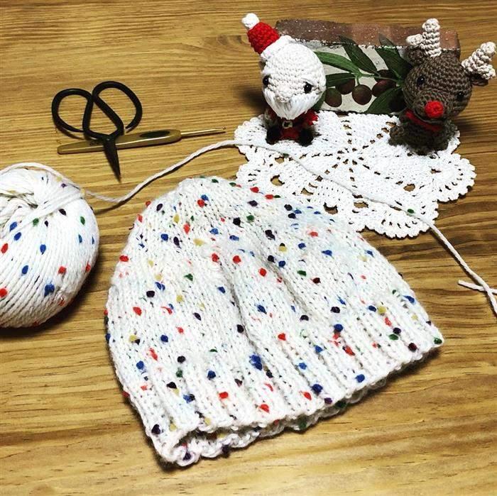 touca com linha de lã com pompom