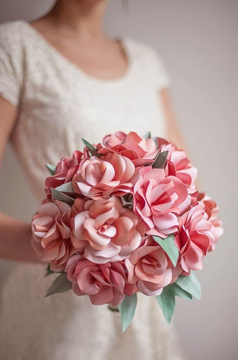 buque de rosas de papel