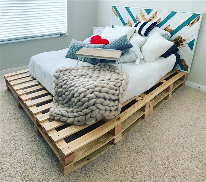 cama de palete com cabeceira colorida