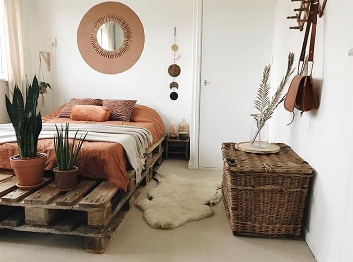 cama de paletes com plantas