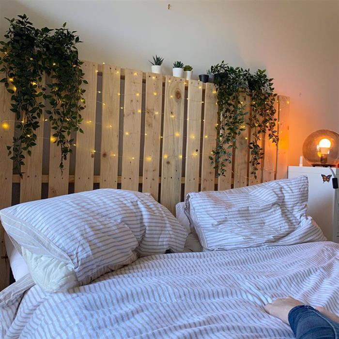cama de palete com pisca pisca