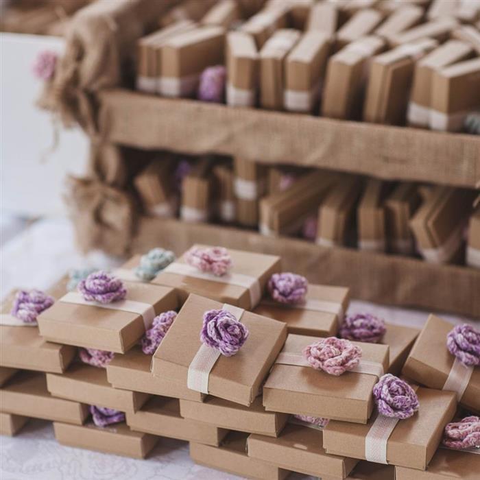 caixinha de papel com flor de crochê e mini terço