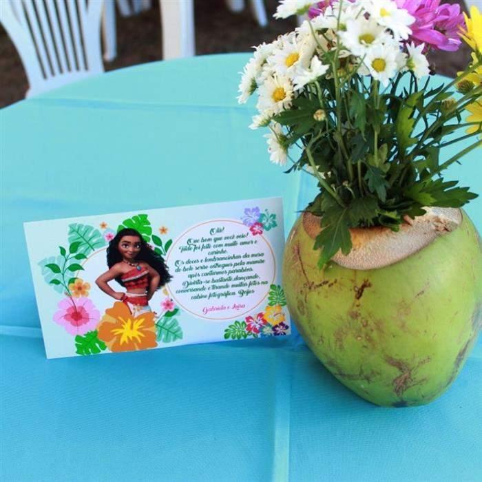 centro de mesa com coco e flor