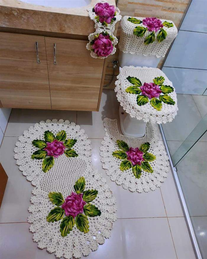 conjunto de banheiro com flores roxas