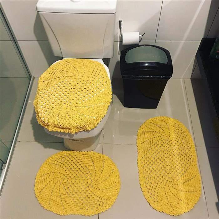 conjunto de banheiro amarelo