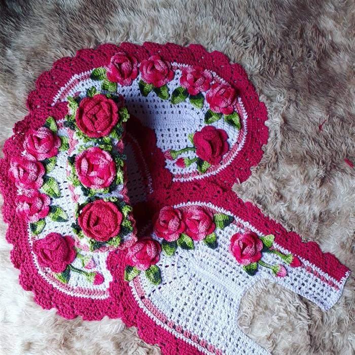 conjunto de banheiro branco com rosa