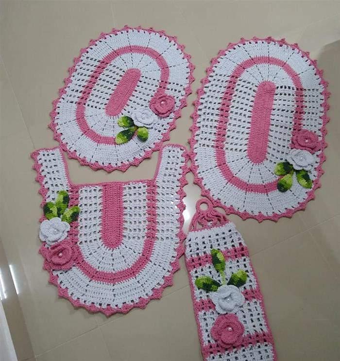conjunto de banheiro feito de crochê