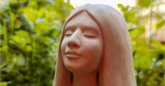 escultura de argila de mulher