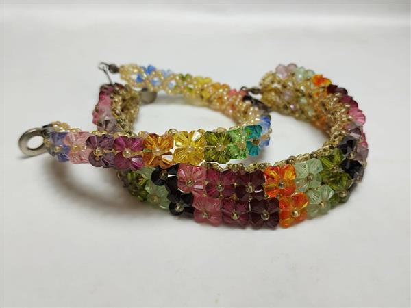 pulseiras com flores coloridas