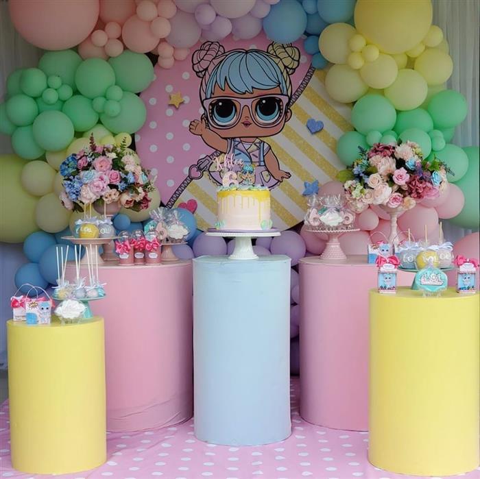 decoração de festa com cilindros coloridos