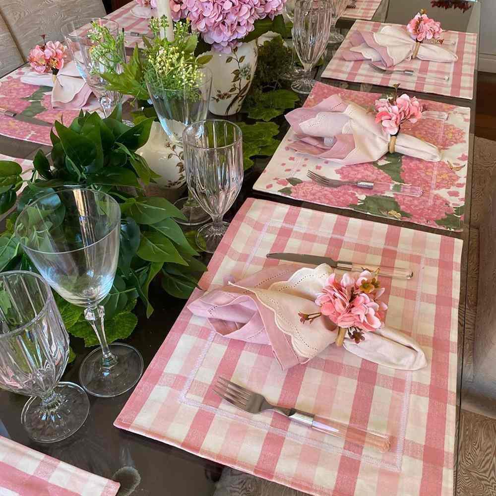 estampa de hortênsias rosas com xadrez