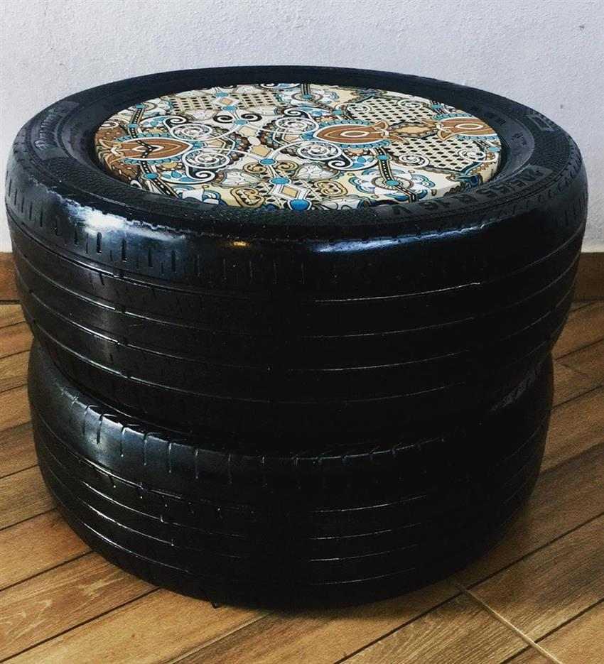 Puff de pneu pintado de preto