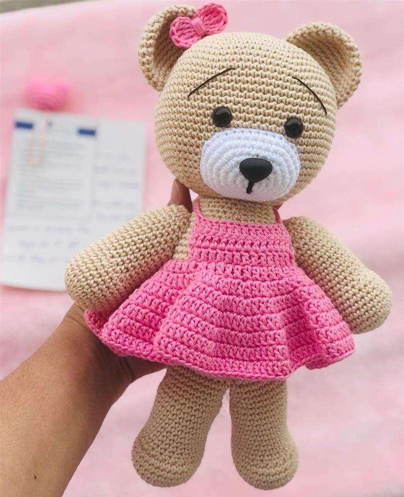 vestido e laço rosa