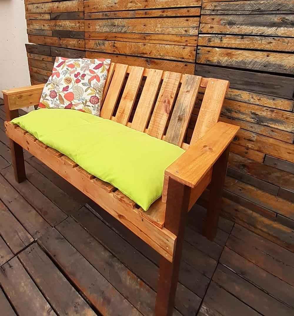 banco de madeira acolchoado