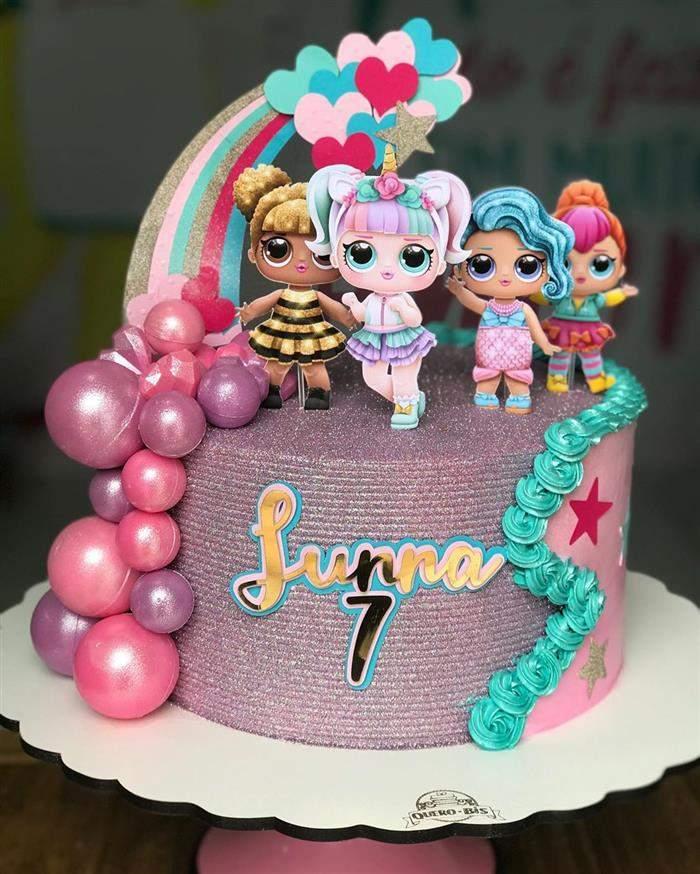 bolo pequeno decorado com topo de papel