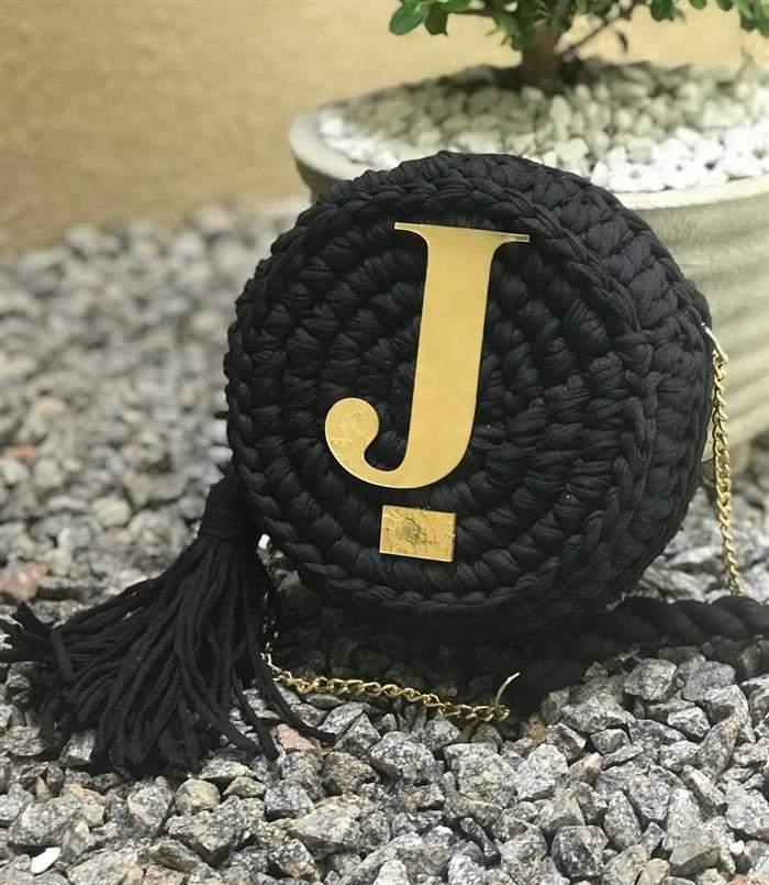 bolsa com aplique de letra em dourado