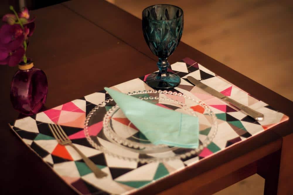 decoração para mesa posta com cores fortes