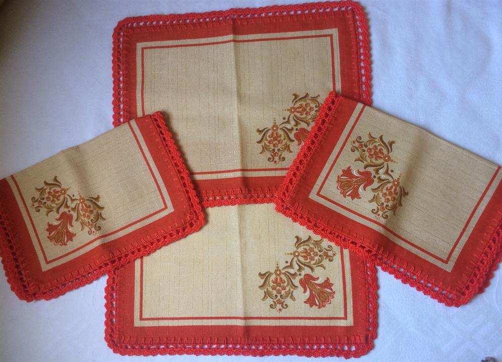 jogo americano de tecido com bico de crochê