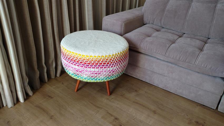 capa de crochê com listras coloridas