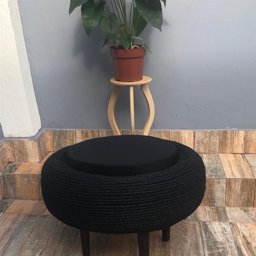 preto com base de madeira