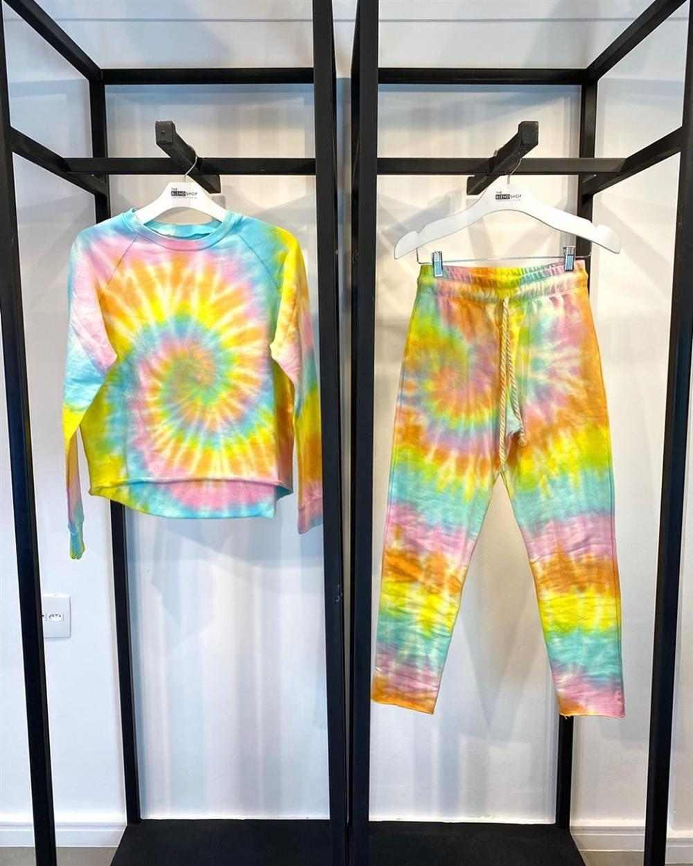 calça tie dye com blusa combinando