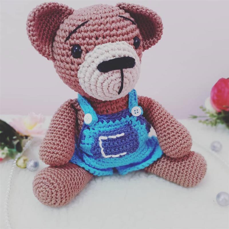 urso amigurumi com roupa bordada
