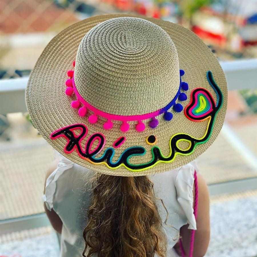 chapéu com nome escrito