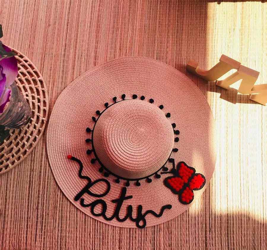 chapeu decorado com pompom