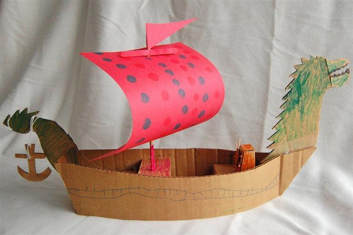 navio pirata de caixa de papelão