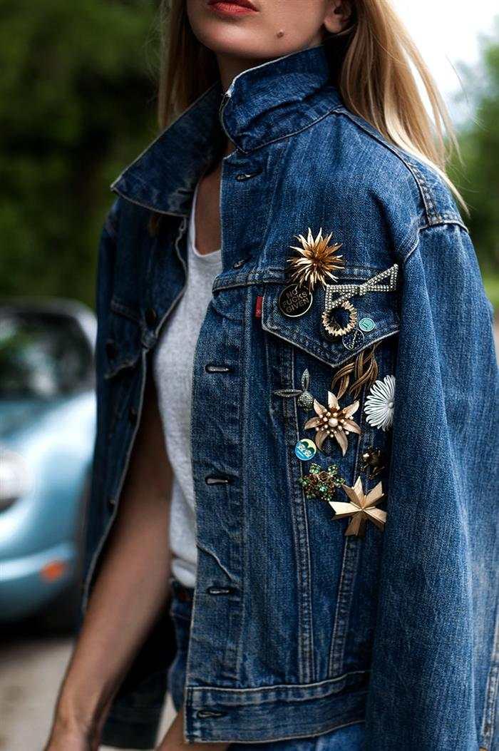 jaqueta jeans customizada com broches