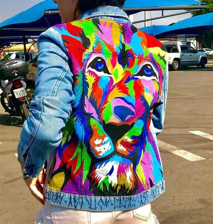 roupas velhas com desenhos coloridos