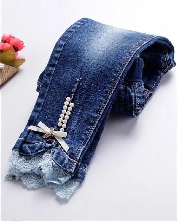 Calça jeans feminina com renda e pérolas
