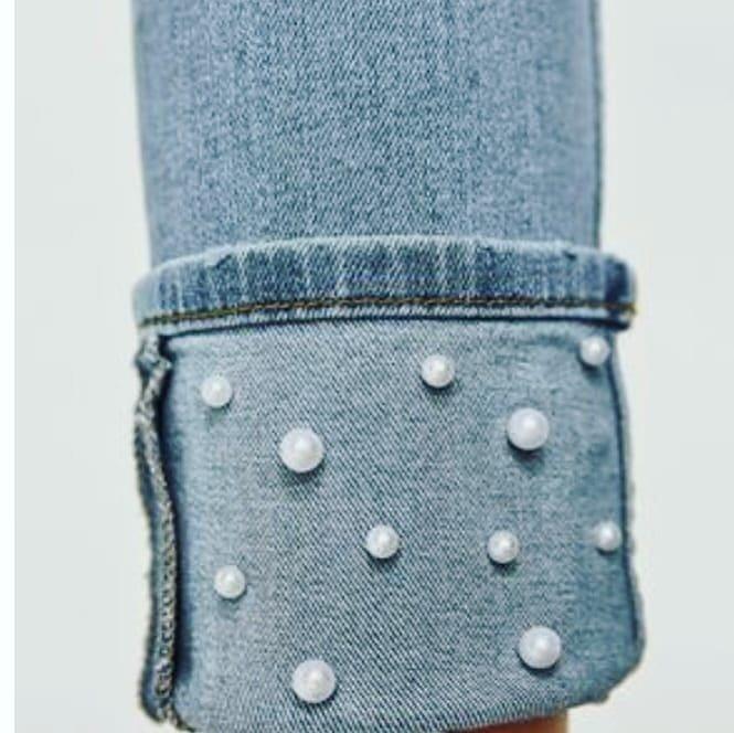 calça jeans com pérola na barra