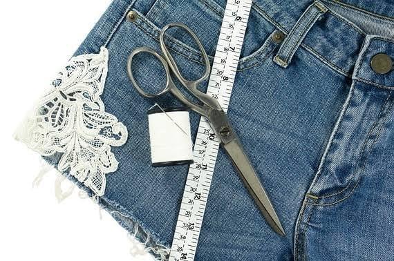 roupas antigas com renda na lateral