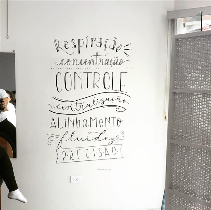 desenhos e frases na parede