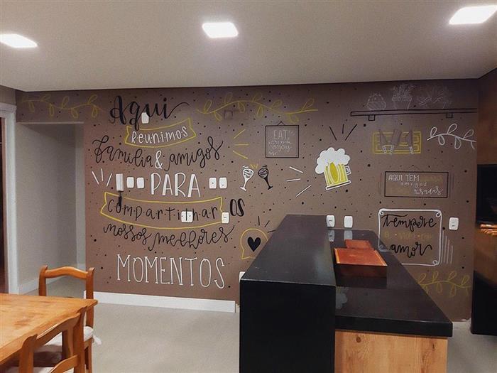 desenhos na parede cinza