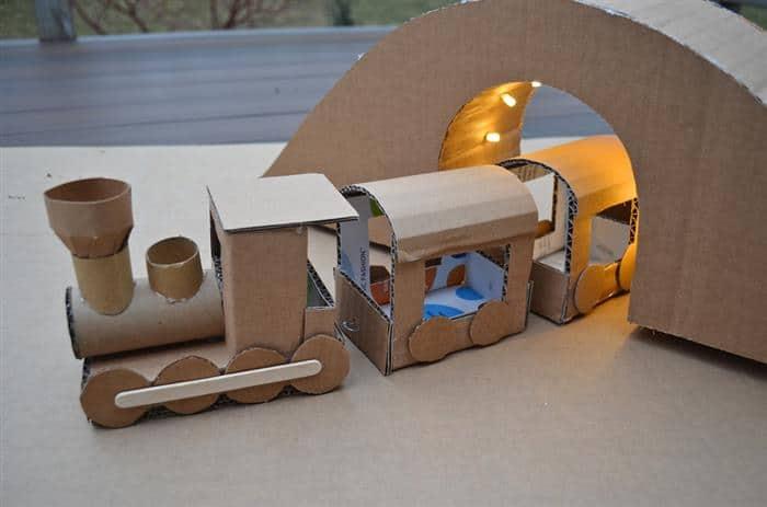 Trem de caixa de papelão com túnel