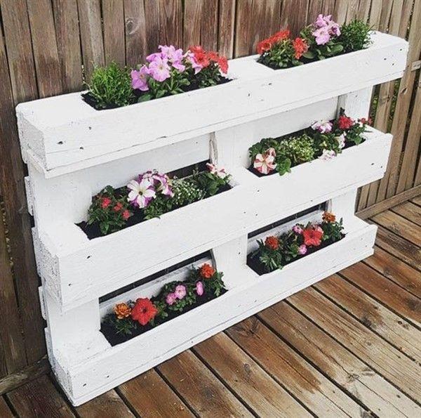 Palete pintado de branco com flores