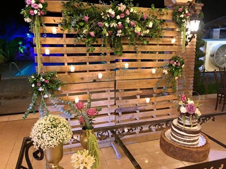palete de madeira com flores no casamento