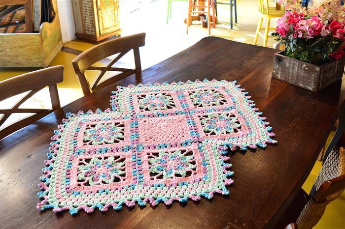 Caminho de mesa com square de crochê